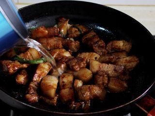 十味 红烧肉豆腐泡,翻炒至酱油均匀上色,倒入开水,漫过肉。