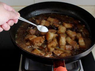 十味 红烧肉豆腐泡,肉烂后加盐调味。