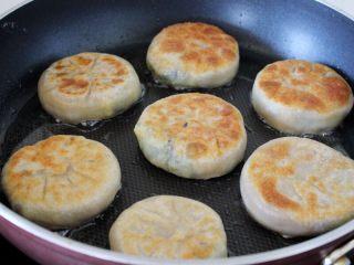 十味 素三鲜馅饼,盖上锅盖,用中火煎,煎到两面黄,大约用5到7分钟。