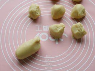 十味 香甜软糥黄金糕,将面团搓条分成9等分,每份约45克。