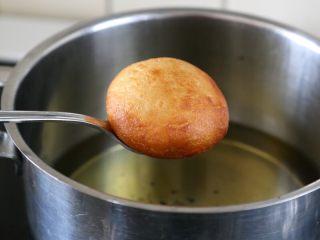 十味 香甜软糥黄金糕,炸到金黄捞出。