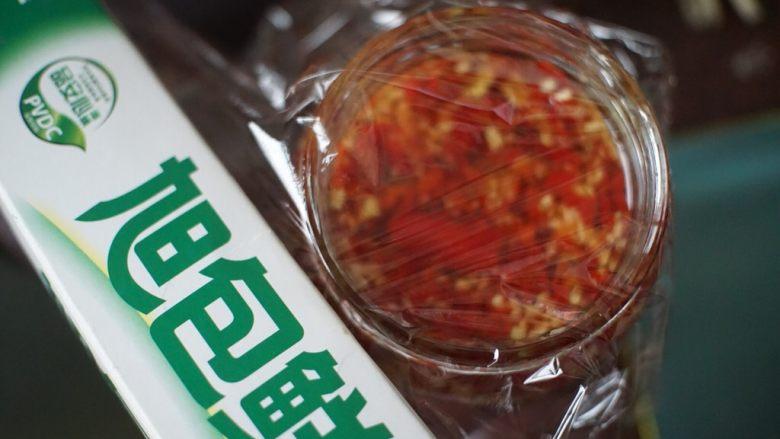 蒜蓉剁椒,最后用保鲜膜封住封口,盖上盖子放阴凉处15~30天,打开没有新鲜的辣椒味即可食用