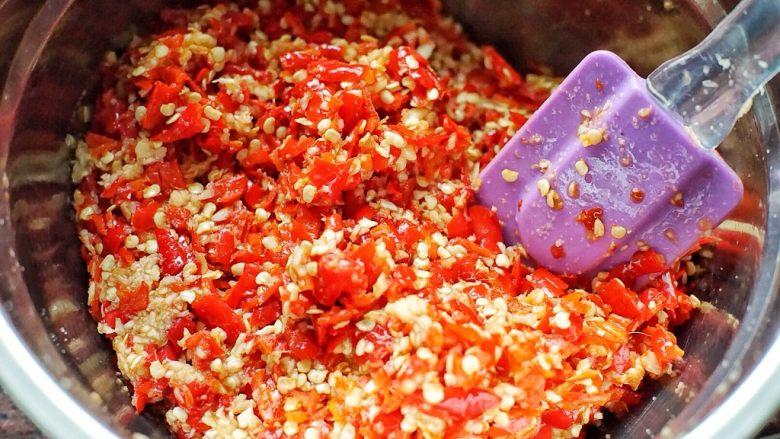 蒜蓉剁椒,然后用刮刀将料理盆里所有的材料搅拌均匀后静置半小时
