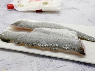 十味  糖醋鱼的家常做法 酸酸甜甜超开胃,鲈鱼去除内脏,刀顺着鱼骨,将鱼对半切开《鱼头鱼骨可以另外熬汤煮面吃》