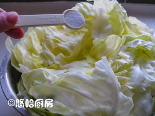 黄金卷心菜泡菜,撒入盐,拌匀,腌渍2个小时左右。