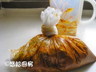 黄金卷心菜泡菜,隔着保鲜袋搓揉几下,让酱料与卷心菜混合均匀,扎紧袋口,放入冰箱冷藏保存,一夜之后就可以吃。