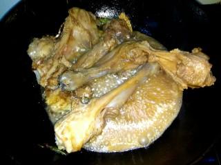 十味   红烧羊腿,羊腿变色,放入一小碗清水,烧开