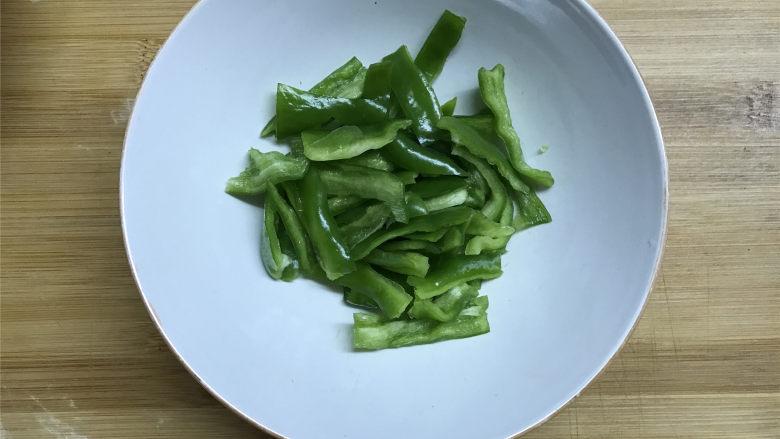 胡萝卜炒山药,青椒去籽洗净切粗丝。