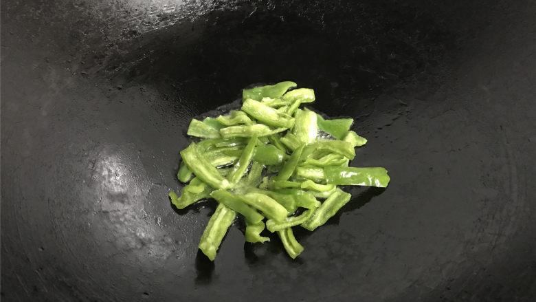 胡萝卜炒山药,锅中倒入适量油,先放入青椒炒一下。