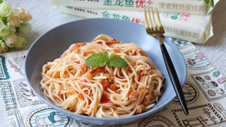 番茄肉酱拌面,成品,鲜香爽口,而且可以吃到肉粒呢,比外面卖的划算多了。