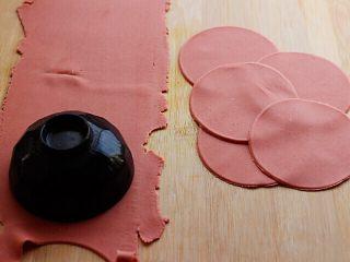 十味  猪肉大葱饺子,把压好的面皮平放在面板上,我是的碗压出来的饺子皮。