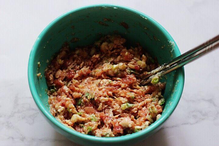 十味  猪肉大葱饺子,把所有的食材搅拌均匀即可。