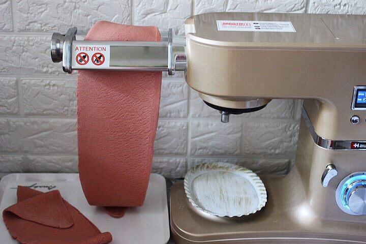 十味  猪肉大葱饺子,启动厨师机的压面功能,把面团反复压制3、4次,直至把面皮压的光滑细腻就可以了。