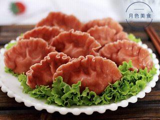 十味  猪肉大葱饺子,把煮好的饺子盛到盘子里就可以享用了。