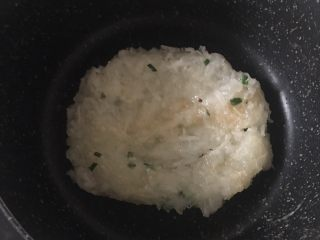 萝卜丝饼,6️⃣ 小火煎至底部凝固翻面。