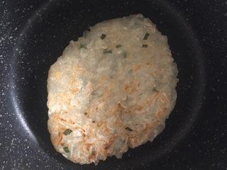 萝卜丝饼,7️⃣ 反面煎至金黄后再翻面,使两面都煎至金黄即可。