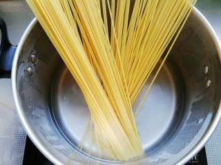 中国风意面,锅中入水烧开后放入意面煮至无硬芯