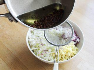 十味 多汁豬肉煎餃,將切好的大蔥、洋蔥和姜放到小碗里,將燒熱的花椒油澆到上面。
