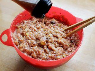 十味 多汁豬肉煎餃,最后試一下味道,根據實際情況加少量調料調整,再滴一些香油,大約10克,到此多汁豬肉餃子餡就拌好了。