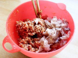 十味 多汁豬肉煎餃,肉餡中加入老抽5克、生抽15克、蠔油10克、十三香、糖5克拌勻。再加入肘子湯凍120克拌勻。