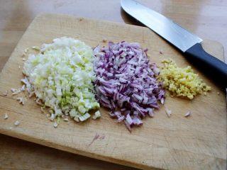 十味 多汁豬肉煎餃,餳面的時間來調餡。首先將大蔥、洋蔥、姜切碎。