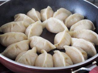 十味 多汁猪肉煎饺,锅里稍微倒点油,烧热,然后将饺子码入,倒点水漫过饺子底面,盖上盖子,用中火煎, 8分钟左右水就收干了,底子也就焦黄香脆了,起锅享用。