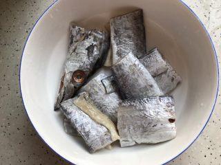 十味  香煎咸带鱼,洗干净,控干水分