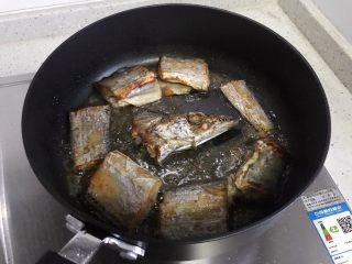 十味  香煎咸带鱼,煎至两面金黄,即可