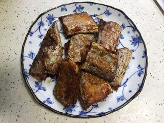 十味  香煎咸带鱼,装盘