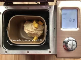 玫瑰豆沙花面包,然后看一下状,揉成光滑的面团,加入切小块的黄油揉至扩展阶段