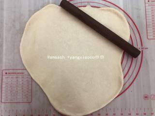 玫瑰豆沙花面包,把发酵好的面团取出按压开排气