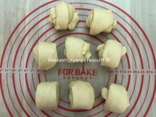 玫瑰豆沙花面包,把面团分成8等份,滚圆后盖保鲜膜松弛20分钟