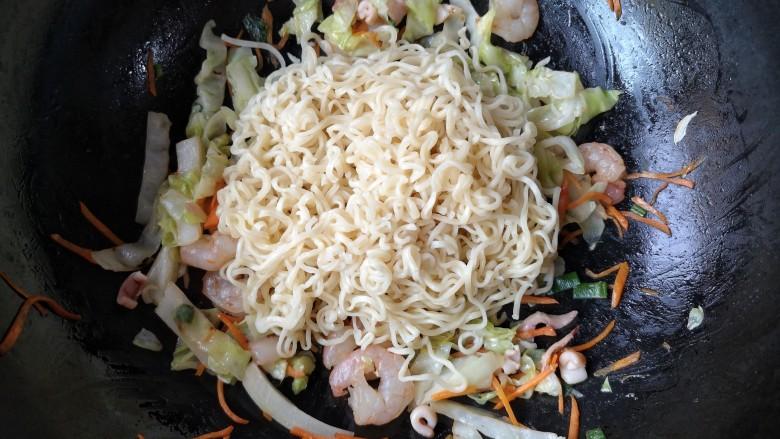 十味 鲜虾鱼板面,翻炒至虾仁变色,鱼板卷起后放入煮好的泡面翻炒均匀。