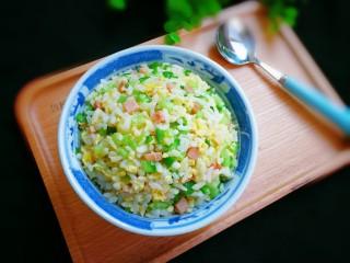 十味  午餐肉黃瓜蛋炒飯,出鍋盛入碗中