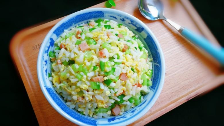 十味  午餐肉黄瓜蛋炒饭,出锅盛入碗中