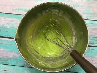菠菜蛋糕卷,筛入低筋面粉,搅拌均匀。