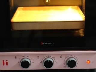 菠菜蛋糕卷,放入预热好150度的海氏烤箱中,烤20分钟。