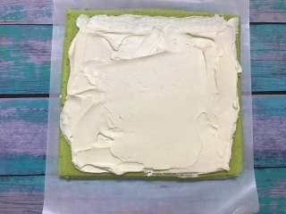 菠菜蛋糕卷,把打发好的淡奶油抹在蛋糕表面,收尾处抹薄一点。