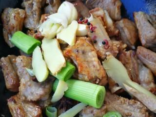 十味 红烧排骨,再放入葱姜蒜花椒八角继续翻炒,要不停的翻炒,直到锅底有些油被炒出闻到香味为止,这是这道菜好吃的关键。