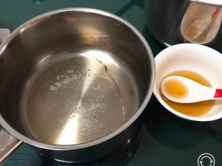 麦芽糖风味蛋糕,麦芽糖加入热水融化后倒入橄榄油中,加入盐。