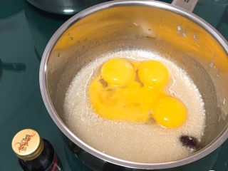 麦芽糖风味蛋糕,用打蛋器低速搅拌至顺滑,加入蛋黄和香草精。