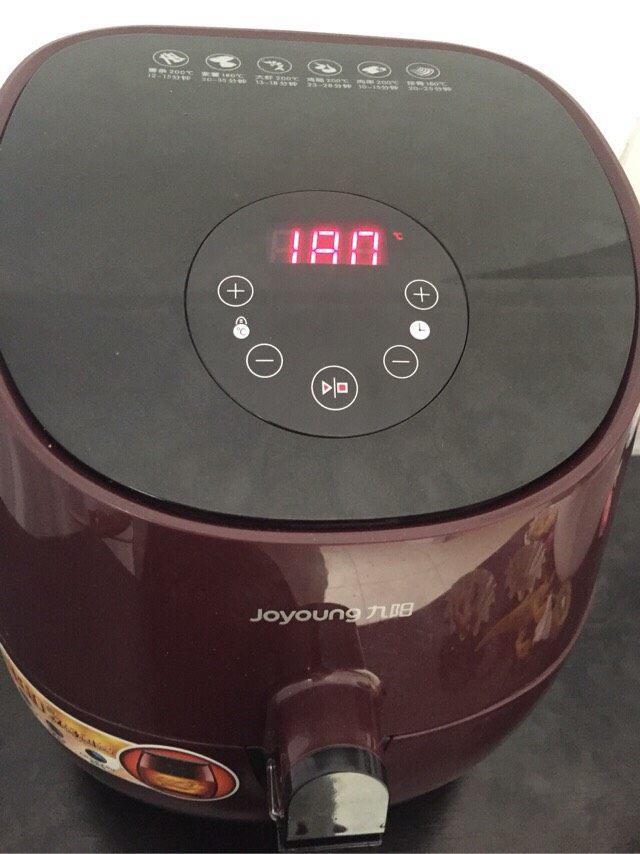 培根卷饭团,空气炸锅设置190度,烤10分钟至培根出油即可!
