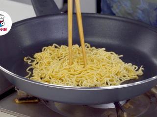 上海两面黄炒面,另起锅放入猪油1勺烧热,放入小盘面摊开(越薄越好),煎至表面金黄