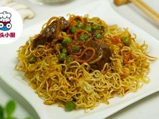 上海两面黄炒面,盛出面条装盘,淋上浇头,即可享用