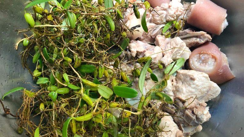 猪尾骨炖石橄榄,放入石橄榄