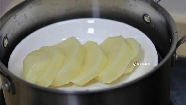 土豆饼,土豆切厚片,上锅蒸熟,蒸到筷子轻松将土豆片夹断这种程度就行