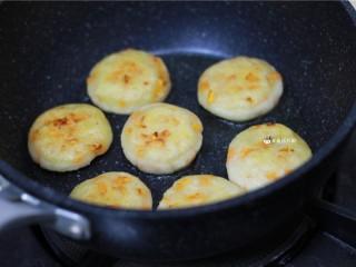 土豆饼,煎至两面金黄即可