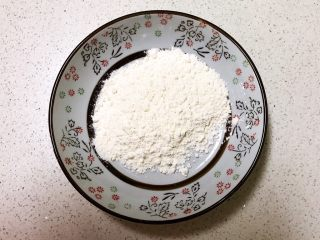 番茄汁焗茄盒,在盘子里面加入10克面粉