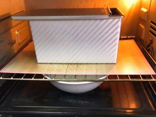 麦芽糖风味吐司,送入烤箱两次发酵,方法同上也是60分钟,也可能延长时间。面团发酵至九分满。