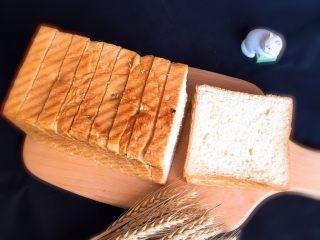 麦芽糖风味吐司,吐司切片就可以品尝了,也可以做很多花样的早餐品种。